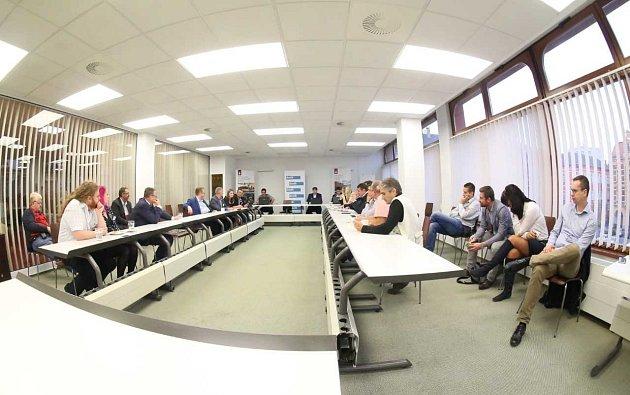 Projekt Deník-bus pokračuje řízenou debatou vhotelu Lužan.