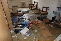 Dům potřebuje opravy za 8 milionů korun. Lidé dluží statisíce na nájemném a za energie.