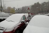 Sníh trápí řidiče i v krajském městě.
