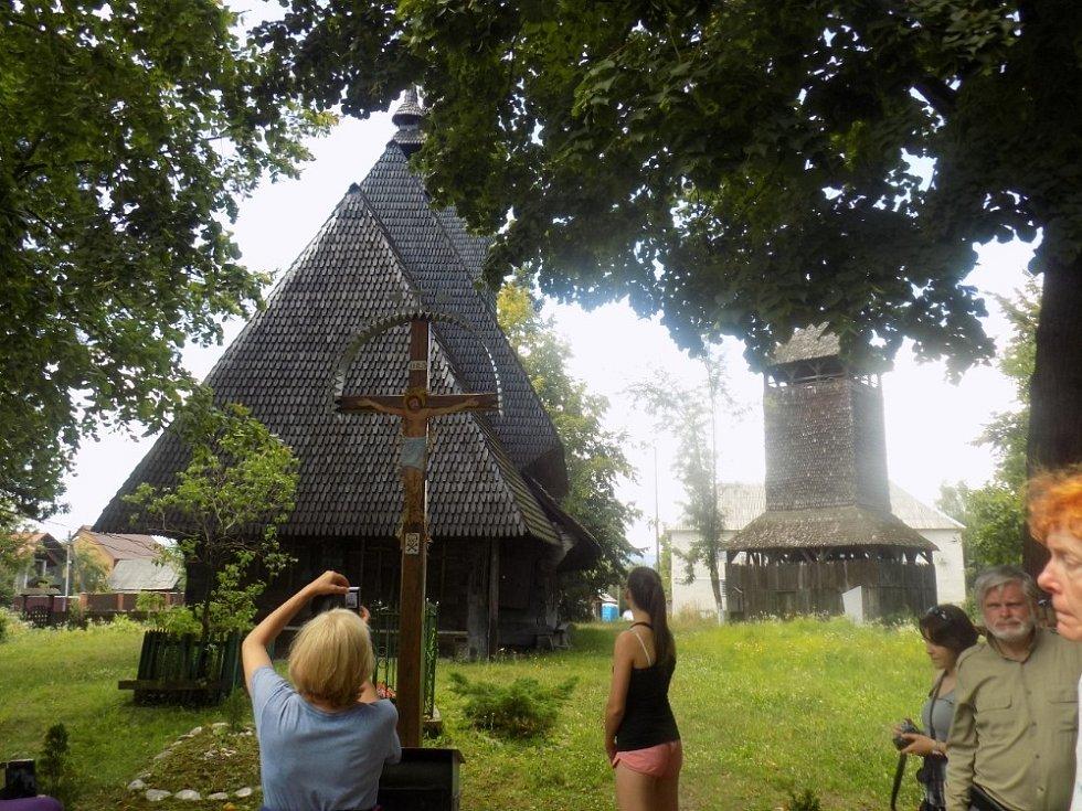 Jeden z kostelíků s oddělenou zvonicí (věřící se nemusí bát, že jim zvon spadne na hlavu)