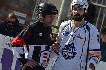 Hokejbalisté ústecké Elby (v bílém) porazili v domácím utkání extraligy KOVO Praha 3:0. Lukáš Soukup.  Foto: Miroslav Vlach