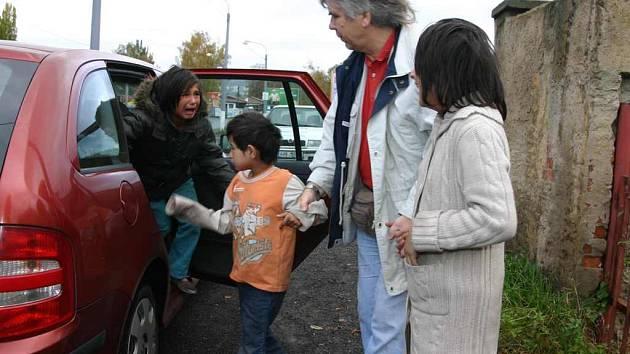 Romské sourozence odvezli do ústavu pracovníci sociálního oboru