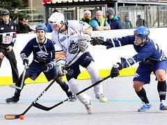 Hokejbalisté Elby (v bílém) přivítali ve šlágru 17. kola ALPIQ Kladno. Utkal se třetí tým s druhým, Elba padla 2:4