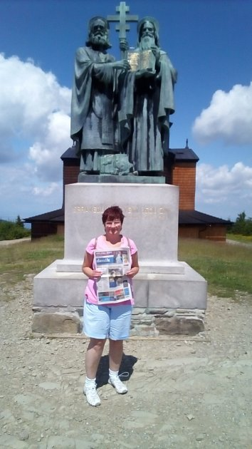 Karel a Monika Bečvaříkovi vzali Deník na  Radhošť.  Poslali dvě fotky, které pojmenovali Ústecký deník pro Cyrila a Metoděje až do ruky.