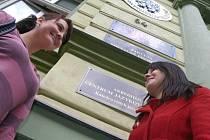 """Umělecká fakulta budovu """"Zelené školy"""" brzy opustí. S ní i studentky Lucie Kabrlová a Dita Bílková, které se již na nové prostory také těší."""