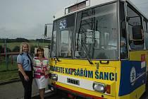 Trolejbus žluté barvy nabádající cestující k větší opatrnosti před kapsáři.