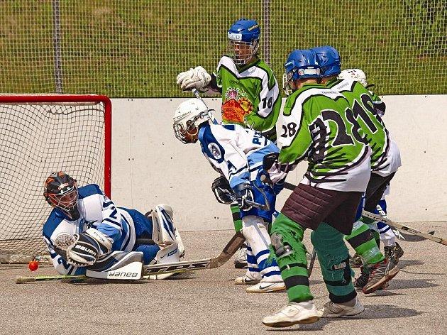 Starší žáci hokejbalového oddílu DDM Ústí (zelené dresy) bronzové medaile z loňského šampionátu neobhájí. Přestože měli výhodu domácího prostředí, nepostoupili na finálový turnaj.