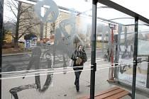 Nové skleněné zastávky v Ústí nad Labem působí špinavě. Projevuje se na nich prach a déšť, některé znečistí vandalové. Nepomáhá ani jejich pravidelné mytí.