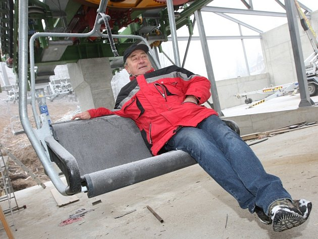 Vedoucí lyžařského střediska Telnice Jindřich Holinger si vyzkoušel sedačky nové lanovky.