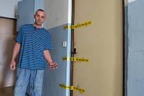 """Za těmito dveřmi v trmické ubytovně při opilecké hádce umlátil čtyřiašedesátiletý """"Tonda"""" H. o šest let staršího kamaráda Milana K. Ten mu přitom pomáhal, jak mohl. Na snímku pracovník ubytovny. Oba muže znal."""