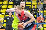 Basketbalové utkání mezi Slunetou a Brnem.