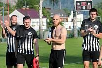 I. A třída 22. kolo - Mojžíř (černobílé dresy) zvítězil nad Bohušovicemi (zelenobílá trika) 3:0. Fotbalisté Mojžíře ilustrační
