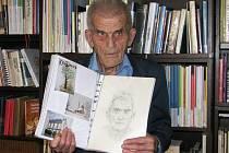 Sedmaosmdesátiletý knihovník Josef Eduard Verner, který přijel na sraz ze Záhoří nad Labem, ukázal vlastní kroniku, kterou dělá celý život.