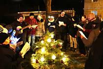 Do Masarykovy ulice v Ústí nad Labem přišlo zpívat 20 osob, sousedé a přátelé. Bylo to veselé, přezpívali jsme všechny koledy, které jsme znali, i Rolničky a Purpuru, nechyběla kytara ani svařák a čaj s rumem.