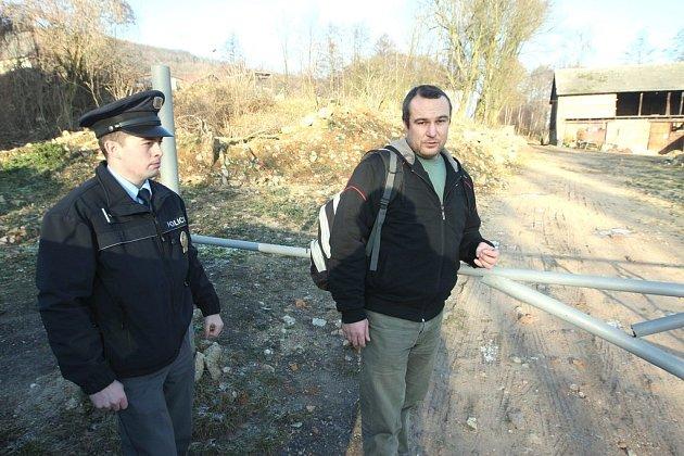 Na kontrolu statku v Knínicích dorazil společně s policistou veterinář.