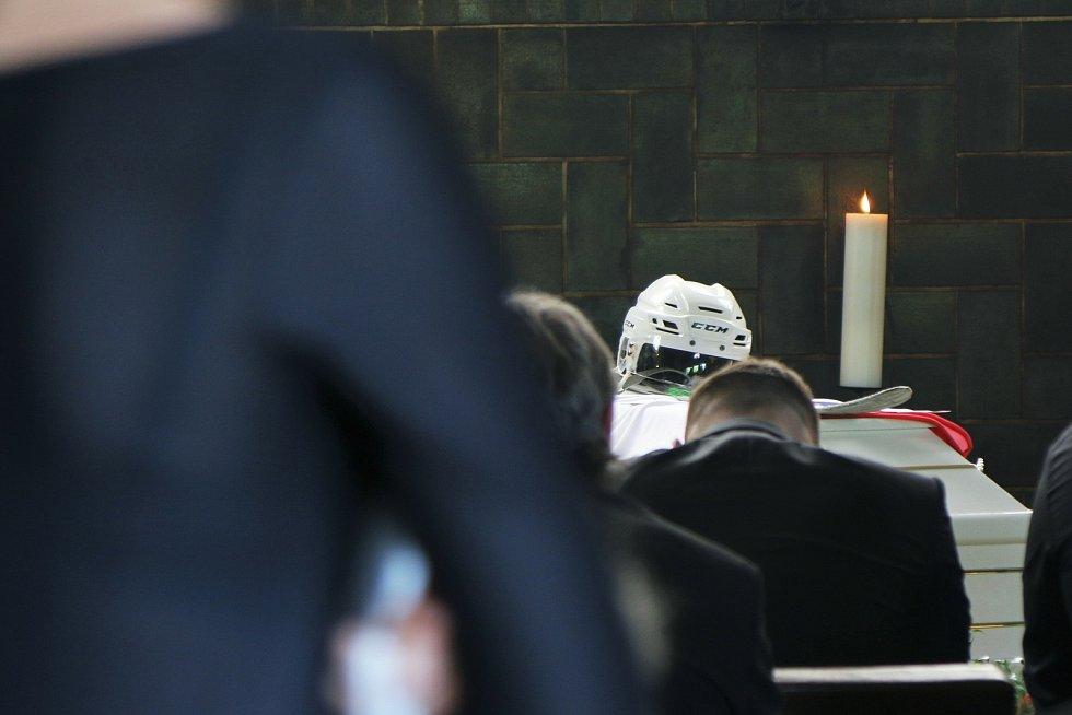 Na rakvi Marka Trončinského nechyběla jeho helma a hokejka.