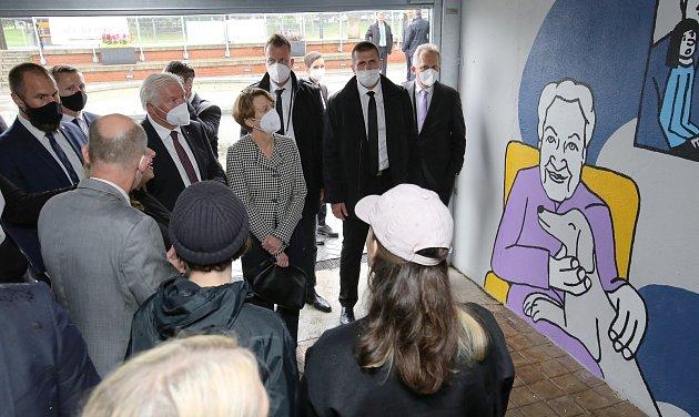 Německý prezident Frank-Walter Steinmeier schotí Elke Büdenbenderovou na návštěvě vÚstí nad Labem