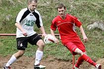 Fotbalisté Střekova (červení) doma nečekaně prohráli v derby s Mojžířem 1:2.