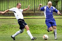 SOUBOJ. Svádovský Blaško (vpravo) se snaží uniknou chuderovskému Špačkovi v boji o body ve fotbalové 1. B třídě.Deník/R. Hoffmann