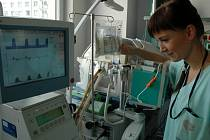Ústecká nemocnice jako první ve střední Evropě použila novou infuzi pro nedonošené děti. Lékařům šetří čas.