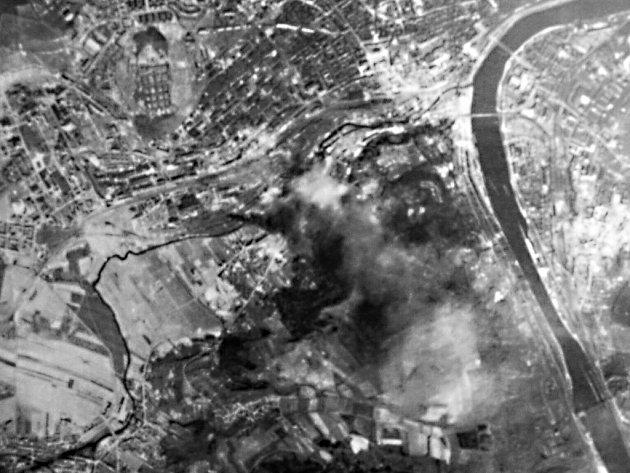 Letecký snímek zásahů po bombách, nafotografovaný z letadla 17. dubna 1945 během spojeneckého náletu.