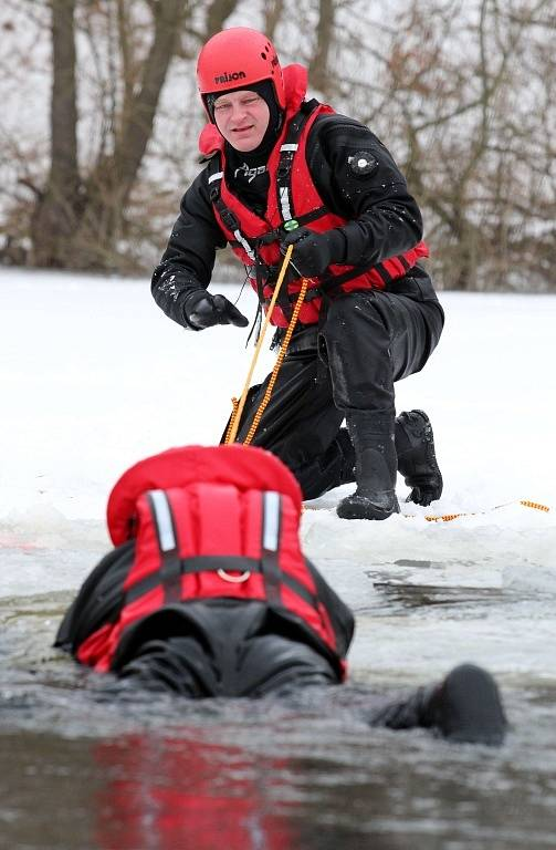 Hasiči nacvičovali způsoby záchrany osob z ledu.