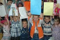 Děti ze ZŠ Hluboká se radovaly z dobrých známek na vysvědčení a dvou měsíců prázdnin.