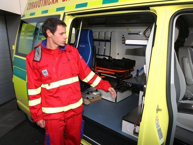"""Nové sanitky mají lepší vybavení. """"Třeba dříve měly halogenové majáky, dnes už jsou led diodové,"""" poznamenal vedoucí dopravy záchranné služby Martin Repko."""