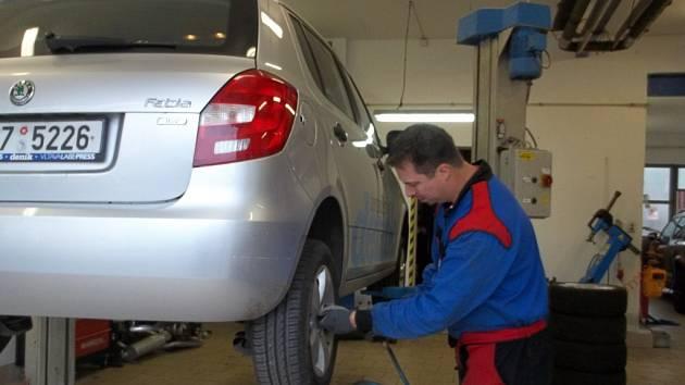 Výměna pneumatik před zimou. Ilustrační foto.