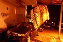 Vítr shodil plech z mostu. Ten poškodil zaparkované auto.