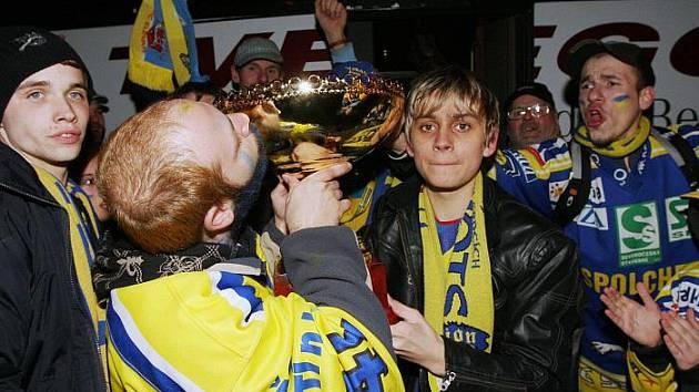 """Fanoušci Ústeckých Lvů hráčům před ústeckým stadionem děkovali za pohár a vítězství v první lize. Nechyběl ani slogan """"Mistři!"""", když hráči po návratu z Chomutova vystupovali z autobusu."""