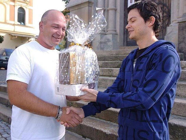 Ve středu před redakcí Jabloneckého deníku převzal cenu vítěz soutěže Hubněte s Deníkem Marek Adamíra. Získal balíček kosmetiky a měl z něho opravdu velkou radost.