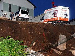 V Mojžíři se pár metrů od konečné trolejbusu sesunula opěrná zeď.