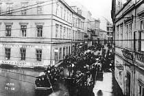 Snímek zachycuje Bílinskou ulici při povodni z 11. září 1890. Při této povodni voda poškodila i dva oblouky Karlova mostu v Praze.