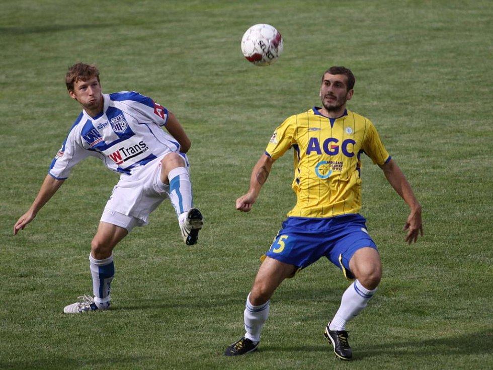 Ústecký záložník Jan Martykán (vlevo) bojuje o míč s teplickým Admirem Ljevakovičem v utkání, které nakonec skončilo remízou 1:1.