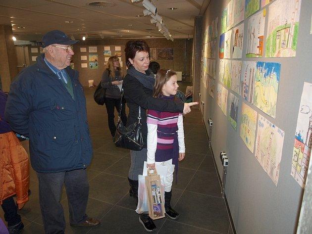 Aneta Stárková, její maminka a dědeček během společné prohlídky ostatních vystavených výtvarných prací.