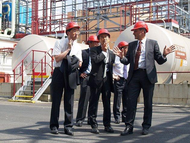 Zprava: Konzultant Spolku Paul Yianni. Uprostřed 1. tajemník japonské ambasády Junichi Ono, vlevo generální ředitel japonské vládní agentury JETRO Hiroshi Sano. Vzadu zprava: Goro Iwamura a 1. tajemník ambasády Shuji Yamashita.