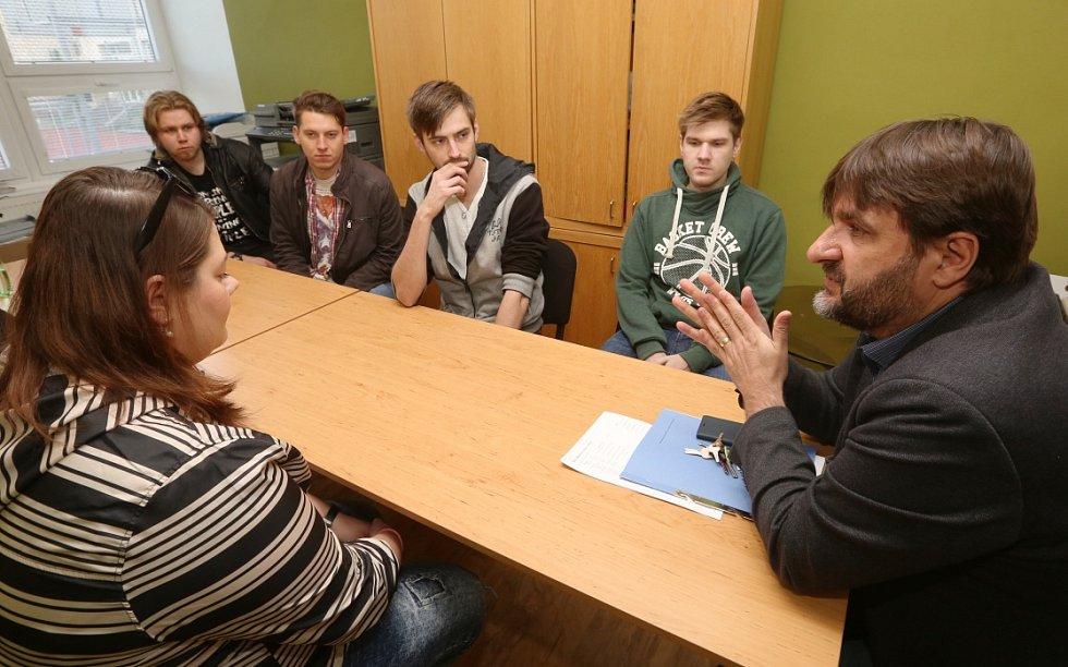 Studenti předali petici proti vyhazovu vrátných řediteli Správy kolejí a menz.
