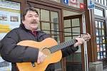 Vítězslav hraje na ulici již několik let. Prý hlavně proto, aby si lidé srovnali své myšlenky.