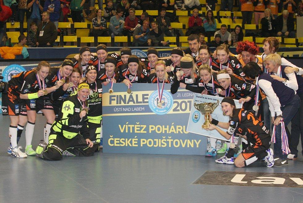 Florbalistky Herbadentu (tmavé dresy) porazily ve finále Poháru České pojišťovny Chodov 7:4.