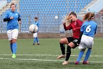 Ústecké fotbalistky (modrobílé) prohrály s rezervou Sparty (rudočerné) drtivým rozdílem 0:12.