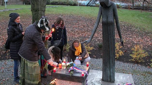 Více než padesát lidí se sešlo v sobotu 17. listopadu v Městských sadech u pomníků obětem komunismu.