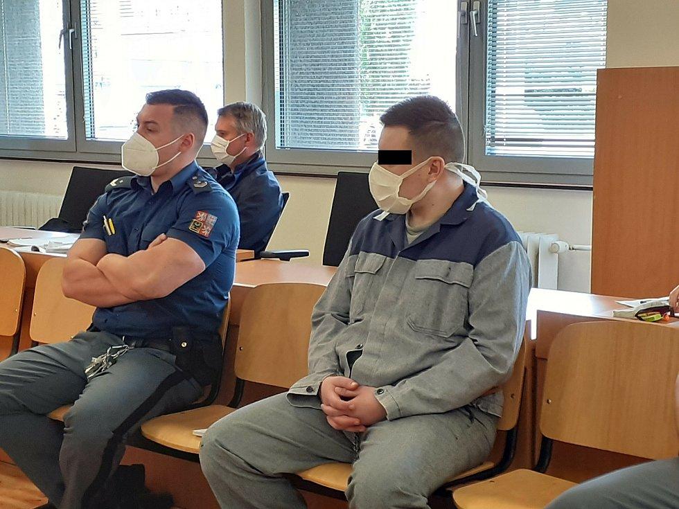 Imrich V. a Petra H. u krajského soudu v Ústí nad Labem čelí obžalobě z těžkého ublížení na zdraví a neposkytnutí pomoci.