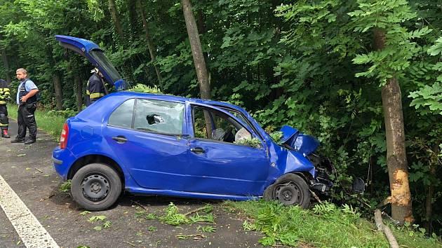 Auto v Chlumci vyjelo ze silnice a narazilo do stromu