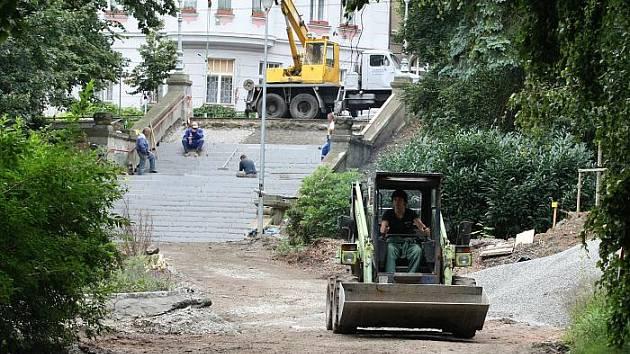 Probíhající práce na rekonstrukci Městkých sadů.