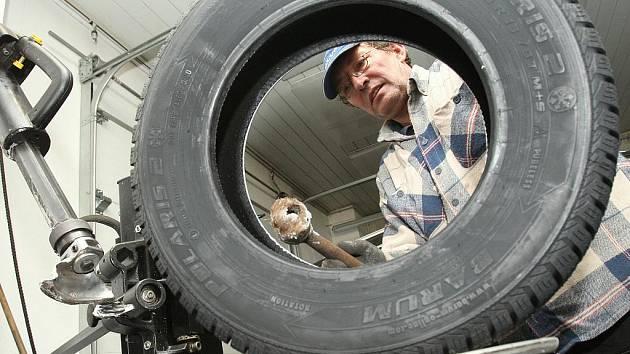 Jiří Opočenský přezouvá zákazníkovi zimní pneumatiky. Na nedostatek práce si nyní nemůže stěžovat.
