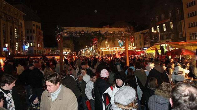 Rozsvícením stromu začaly vánoční trhy.