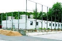 Zázemí druholigového stadionu tvoří nevzhledné buňkoviště.