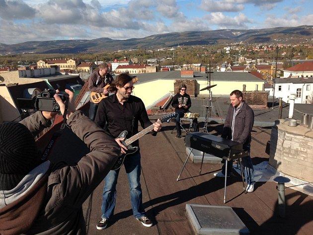 Jedny z prvních záběrů klipu k songu Jen rukou mávni se natáčely na střeše domu v Teplicích.