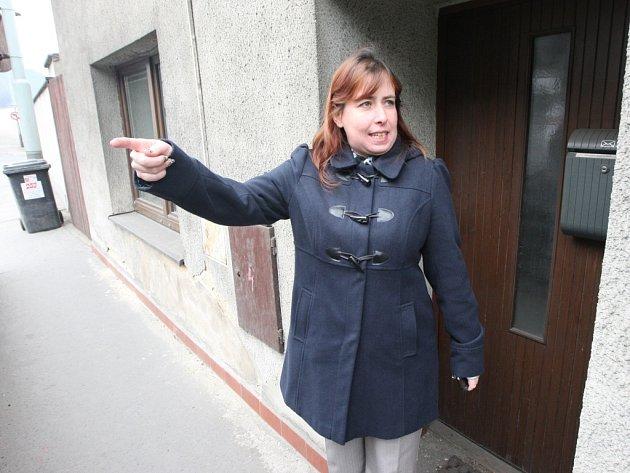 Voda, prosakující ze zfušovaného odvodnění silnice I/30 likviduje domy lidem ve Vaňově.